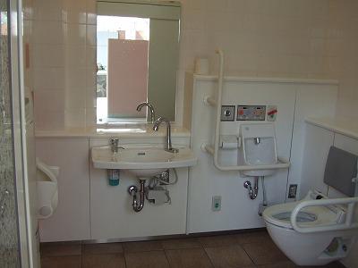大型バス停車場所近くの福祉トイレ
