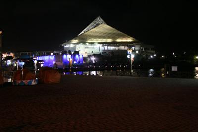 夜のアクアミュージアム遠景