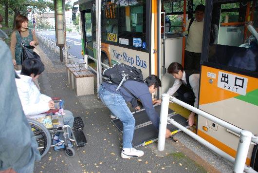 ノンステップバスへスロープを掛けている写真