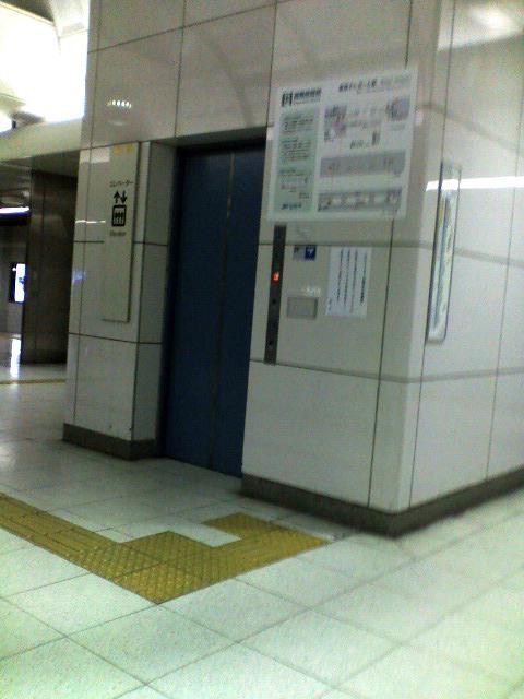 東京テレポート駅ホームのエレベーターです。