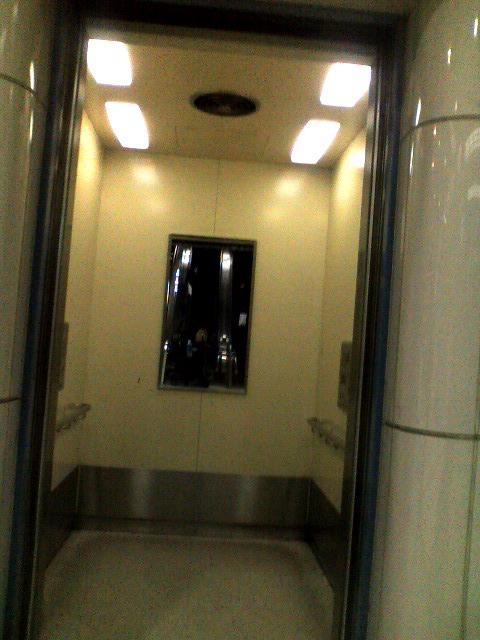 東京テレポート駅改札から上層階へのエレベーターです。