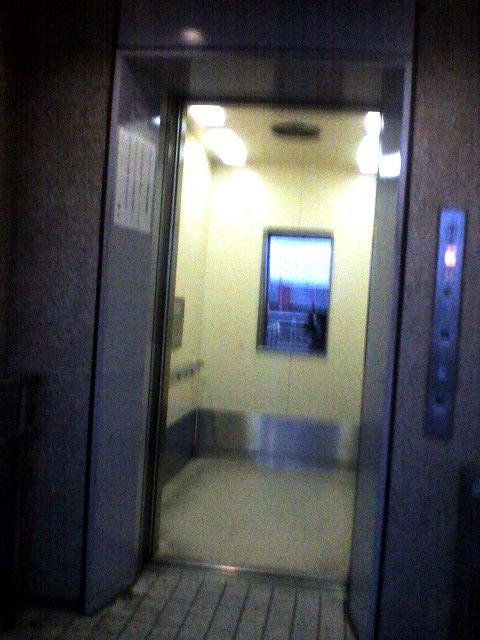 東京テレポート駅改札から上層部へのエレベーターで2階です。