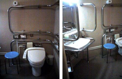 ①車椅子対応トイレ便座の前からの写真②洗面台と便座の写真