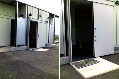①トイレ全体の写真(中央に車椅子対応トイレ)②車椅子対応トイレだけの写真