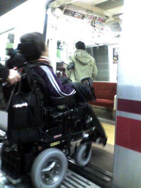 大江戸線の大門駅車椅子ユーザーがスロープ無しでホームから電車に乗り込む写真(前からのショット)