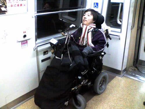 都営地下鉄新宿線車内の車椅子スペース(車椅子メンバー)の写真
