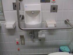 西武新宿線新宿駅のトイレ内設備写真。(手洗い器下部に電源コンセントあり)
