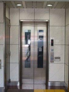 キムラヤ裏のエレベーターの写真