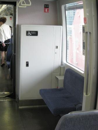ゆりかもめ車内の車椅子スペース(写真)